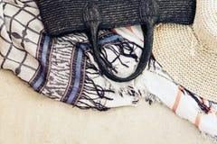 Abrigo de mimbre del bolso, del sombrero y del encubrimiento de la ropa de playa de la playa de la paja del verano del vintage en fotos de archivo