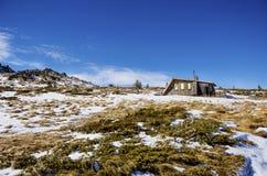 Abrigo de pedra da montanha na montanha do inverno Fotografia de Stock Royalty Free