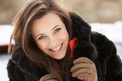 Abrigo de pieles que desgasta del adolescente en el paisaje Nevado Fotos de archivo