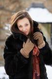 Abrigo de pieles que desgasta del adolescente en nieve Imagen de archivo libre de regalías