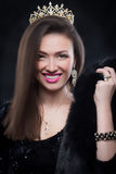 Abrigo de pieles que lleva de la mujer modelo de la belleza, corona del diamante Imagen de archivo libre de regalías