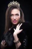 Abrigo de pieles que lleva de la mujer modelo de la belleza, corona del diamante Fotografía de archivo libre de regalías