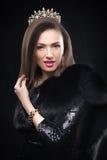 Abrigo de pieles que lleva de la mujer modelo de la belleza, corona del diamante Imagen de archivo
