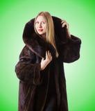 Abrigo de pieles que lleva modelo alto Fotos de archivo libres de regalías