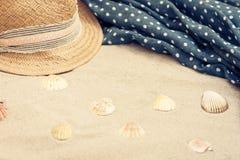 Abrigo del sombrero de paja y de la ropa de playa del encubrimiento en una playa tropical imagen de archivo libre de regalías
