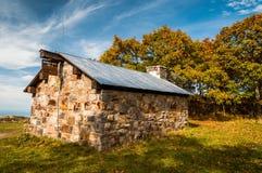 Abrigo do ninho de Byrd sobre a cimeira de Hawksbill, ao longo do appalachian fotos de stock royalty free