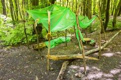 Abrigo do polietileno para turistas da chuva na floresta imagem de stock royalty free