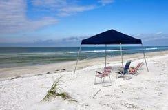 Abrigo e cadeiras portáteis da praia Foto de Stock