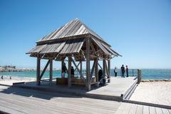 Abrigo e mar da praia do ` s do banhista foto de stock royalty free