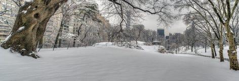 Abrigo rústico após a tempestade da neve foto de stock royalty free