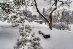 Abrigo rústico após a tempestade da neve fotos de stock royalty free