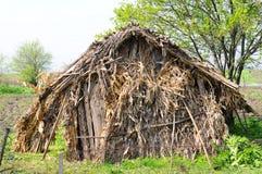 Abrigo velho feito das espigas de milho Foto de Stock