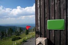 Abrigo velho nas montanhas fotografia de stock