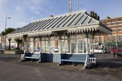 Abrigo vitoriano ao longo do passeio da esplanada, Weymouth, Dorset, Inglaterra, Reino Unido, imagens de stock