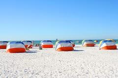 Abrigos de la playa imagen de archivo