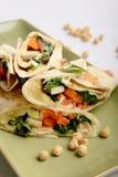 Abrigos de la tortilla con hummus y las verduras Foto de archivo libre de regalías