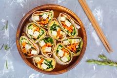 Abrigos sanos de la tortilla del queso de soja del vegano con el queso de soja y las verduras Fotografía de archivo libre de regalías