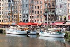 Abrigue a cidade histórica Honfleur com os navios e os restaurantes amarrados de navigação Fotografia de Stock