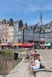 Abrigue a cidade Honfleur com os navios de navigação amarrados e os povos de relaxamento Foto de Stock Royalty Free