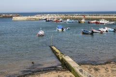 Abrigue com barcos, em Staithes, North Yorkshire, Inglaterra foto de stock