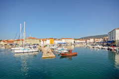 Abrigue com a cidade velha de Cres, mar de adriático, ilha de Cres, Croácia Fotos de Stock