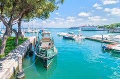 Abrigue com o barco em Desenzano no lago Garda, Itália Fotos de Stock