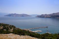 Abrigue com os navios na cidade Baska, Croácia Foto de Stock