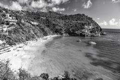 Abrigue com praia da areia, o mar azul e a paisagem da montanha no gustavia, stbarts Férias de verão na praia tropical fotos de stock