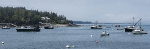 Abrigue em Maine com os barcos de pesca comercial amarrados fotografia de stock royalty free