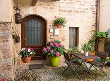 Abrigue a entrada com os potenciômetros da mobília e de flor do jardim Fotografia de Stock