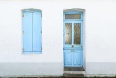 Abrigue a fachada com as cortinas azuis pasteis e a porta Fotos de Stock Royalty Free