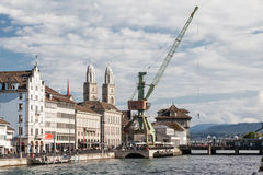Abrigue la grúa y las torres de Grossmünster en Zürich, Suiza foto de archivo