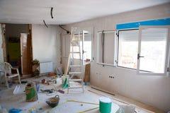 Abrigue melhorias internas em uma construção desarrumado da sala Foto de Stock Royalty Free
