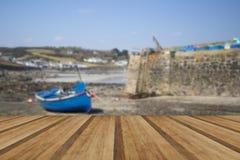 Abrigue na maré baixa com os barcos de pesca na pesca córnico velha vi fotografia de stock