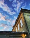 Abrigue o alcance ao céu nebuloso azul da noite Fotografia de Stock Royalty Free