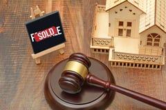 Abrigue o conceito vendido com martelo e miniatura da casa 3D Imagem de Stock