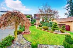 Abrigue o exterior com gramado bem mantido e desing ajardinando agradável Imagem de Stock