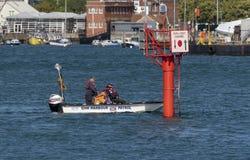 Abrigue o mestre que dirige as embarcações que entram no porto de Portsmouth, Reino Unido imagem de stock