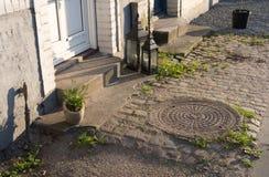 Abrigue o patamar com lanternas e plantas, estilo de Europa Foto de Stock Royalty Free