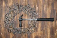 Abrigue o reparo, forma da casa pelo grupo de prego com martelo Foto de Stock Royalty Free