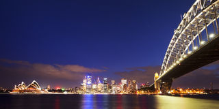 Abrigue a skyline da ponte e do Sydney, Austrália na noite Imagem de Stock Royalty Free