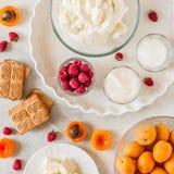 Abrikoos en Frambozenkaastaarteningrediënten stock foto's