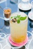 Abrikoos en pruimbank in glas Stock Afbeeldingen