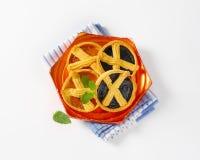 Abrikoos en pruimjamcakes met rooster stock afbeeldingen