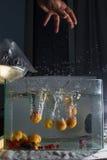 Abrikoos het bespatten in water Stock Afbeelding