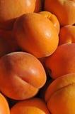 Abrikozen bij een markt van landbouwers stock afbeeldingen