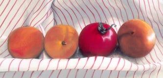 Abrikozen en tomaat Stock Afbeeldingen