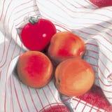Abrikozen en tomaat Stock Foto's