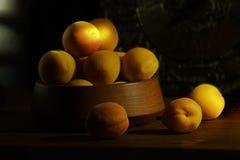 Abrikozen op een zwarte achtergrond royalty-vrije stock afbeeldingen