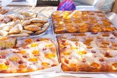 Abrikozenbiscuitgebak voor verkoop op Abrikozenmarkt in Porreres, Mallorca stock foto's